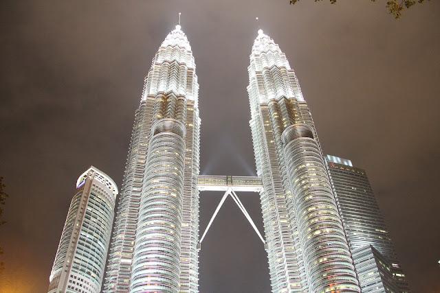 Co warto zobaczyć w stolicy Malezji, Kuala Lumpur? Gdzie warto zjeść, co zwiedzić, gdzie kupić pamiątki czy wypić drinka z widokiem na całe Kuala Lumpur?