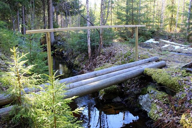 Puinen silta ojan yli