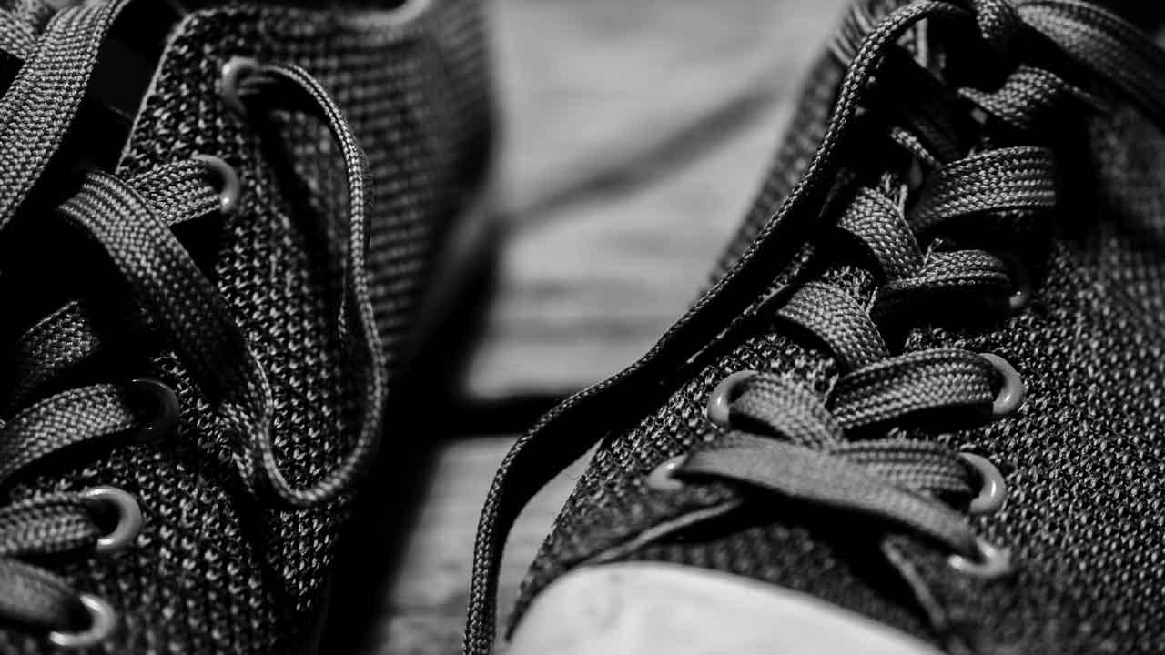fajriology.com - Cerita Foto ibarat tali dan sepatu. Gambar hitam putih sepatu sneaker, sport, atau santai dengan tali sepatu difoto dari jarak dekat