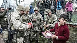 بالفيديو..أتراك المناطق الحدودية مع سوريا يستقبلون التعزيزات العسكرية بحفاوة كبيرة