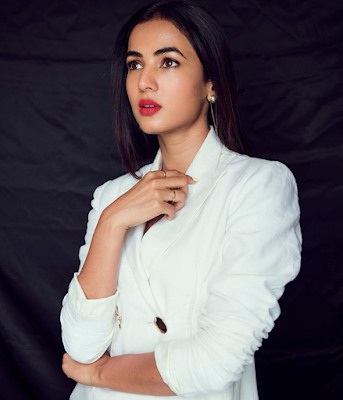 Sonal Chauhan - Biography, Wiki, Age, Height, Weight, Family, Education, Boyfriend, Affairs, Movies, Social Media More