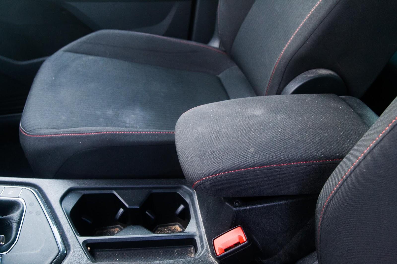 Accoudoir central et assise du passager avant