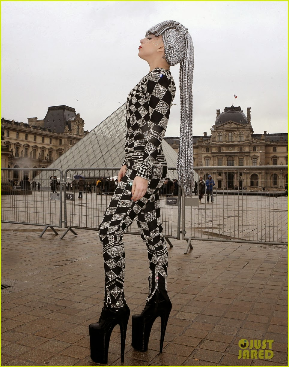 Lady-Gaga-visiting-the-Musee-du-Louvre-P