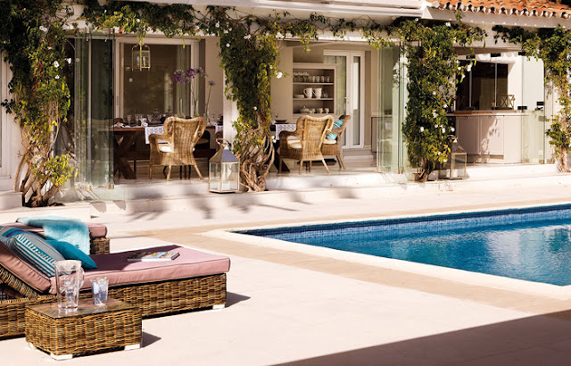 living deschis catre piscina