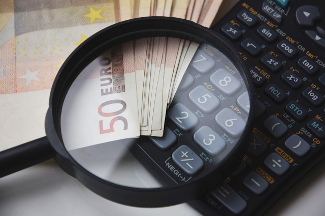 kalkulator-lupa-pieniądze