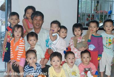 Hombre adopta más de cien niños en Vietnam