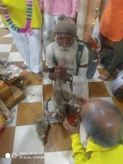 बाबा रामदेव जी महाराज के दर्शन के लिए घुटनों का घुटनों के बल चलकर पहुंचा भक्त ।