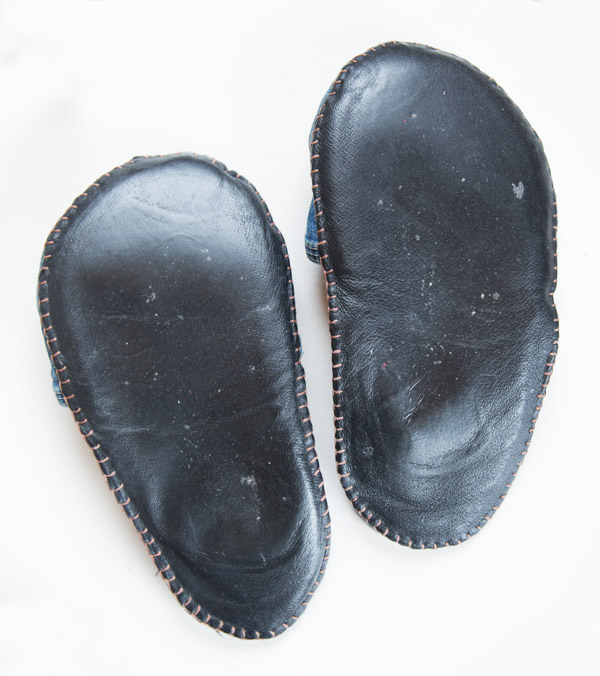 Vanhasta nahkatakista pohja farkkutossuihin