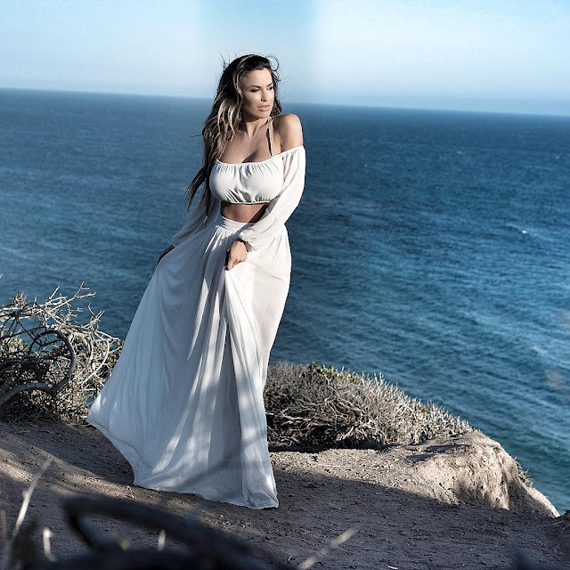 Jordan-Carver-looks-very-beautiful-in-Malibu