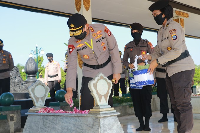 Peringati Hari Bhayangkara Ke 74 'Kapolda DIY Ziarah dan Tabur Bunga Di TMP Kusumanegara
