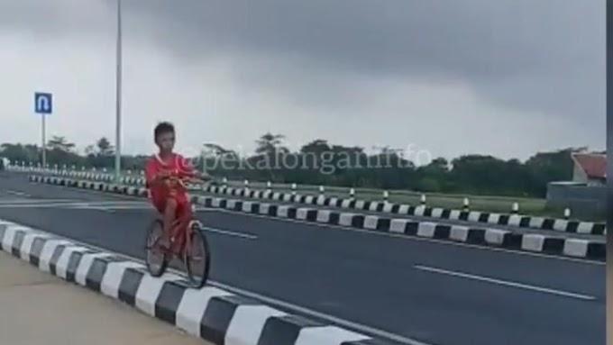 Viral Bocah Sepedaan di Median Jalan Exit Tol, Ini Himbauan Polisi