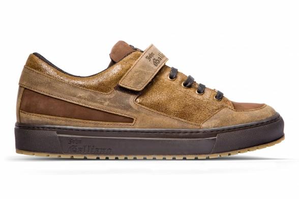 09f0a0e68a5ad5 Тенденції взуття від Гальяно - тільки для любителів оригінальності, хоча в  ній є імісце класики: чоботи і бутси, лоуфери і туфлі, все відмінної  якості, ...