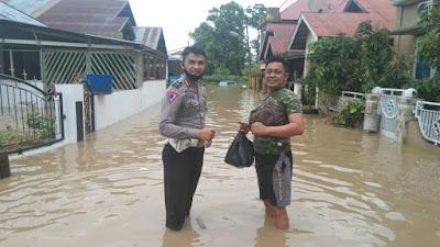 TNI-Polri Sinergi Dalam  Penanganan Bencana  Banjir di Kota Solok