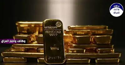 """تراجعت أسعار الذهب الاثنين، مع ارتفاع الدولار والأسهم في الأسواق العالمية بسبب تحسن التوقعات الاقتصادية كما شكل ارتفاع عوائد السندات الأمريكية ضغطا إضافيا على المعدن.  وهبط الذهب في التعاملات الفورية 0.3 بالمئة مسجلا 1726.35 دولار للأونصة، بحلول الساعة 06:51 بتوقيت غرينتش. وانخفضت العقود الأمريكية الآجلة للذهب 0.4 بالمئة إلى 1724.80 دولار للأونصة.  وقال مايكل مكارثي كبير محللي الأسواق لدى """"سي إم سي ماركتس"""" إن """"العائدات هي التهديد الكبير الذي يواجه الذهب على المدى القصير، إذا اكتسبت موجات بيع السندات زخما، فقد يتراجع الذهب سريعا لما دون 1700 دولار"""".  واستقرت عائدات سندات الخزانة الأمريكية قرب أعلى مستوياتها في عام والتي بلغتها في 18 مارس الماضي، بينما بدأ الدولار الأسبوع على ارتفاع بدعم من قوة الاقتصاد الأمريكي وطرح لقاحات الوقاية من كوفيد-19 بوتيرة أسرع كثيرا من أوروبا مما جذب المستثمرين للعملة الأمريكية.  ويجعل ارتفاع الدولار من حيازة الذهب، الذي يهيمن الدولار على تقييمه، مكلفا بالنسبة لحائزي العملات الأخرى.  ومما زاد من الضغوط على الذهب، ارتفعت الأسهم الآسيوية مع ظهور احتمالات لإنفاق مالي أمريكي جديد يقدر بتريليونات الدولارات، مما عزز من توقعات نمو الاقتصاد العالمي."""
