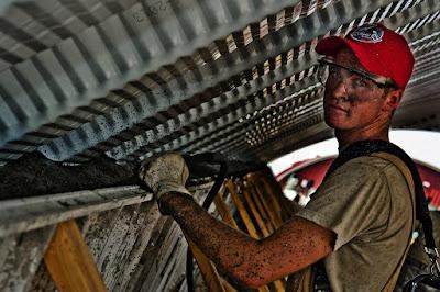 obrero trabajando en una fàbrica