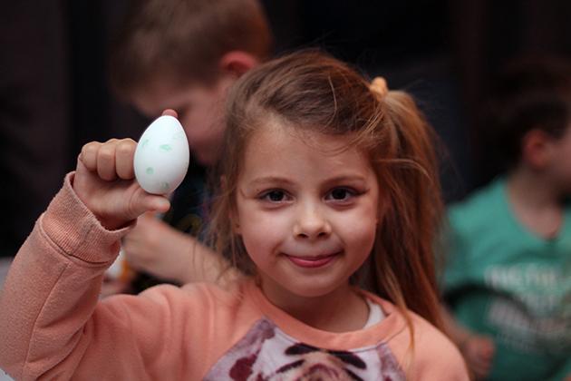 Omdat het bijna Pasen is, zijn er veel eieren te koop die je kunt beschilderen. Deze heb ik gebruikt om ze door de kinderen om te laten toveren tot Yoshi-eieren. Met een viltstift tekenden ze stippen in een zelf uitgekozen kleur.