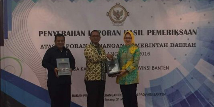 Walikota Airin Rachmi Diany didampingi Ketua DPRD Kota Tangsel, Moch Ramlie ketika menerima predikat opini Wajar Tanpa Pengecualian.