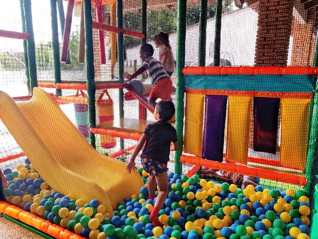 Niños de hogaresmd jugando en una estructura de juegos