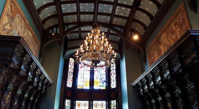iltapäivätee tarjoilut, luksushotelli, kartano, linna irlannissa, iltapäivätee, Adare, Manor, irlanti, kattomaalaus, suuri kattokruunu, puinen koristepanelointi