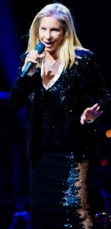 Foto de Barbra Streisand cantando en concierto