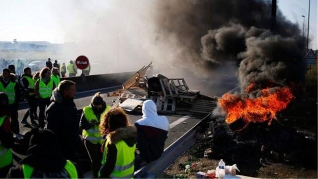 Tα «κίτρινα γιλέκα» πυρπόλησαν διόδια - Χάος στους γαλλικούς αυτοκινητοδρόμους