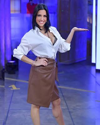 miss Claudia gonna in pelle marrone camicia bianca avanti Un Altro 8 marzo