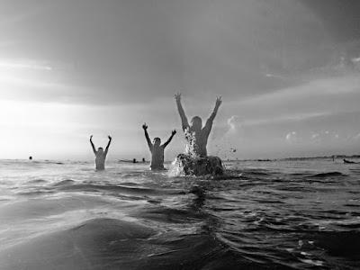 berenang di pantai kuta, bali