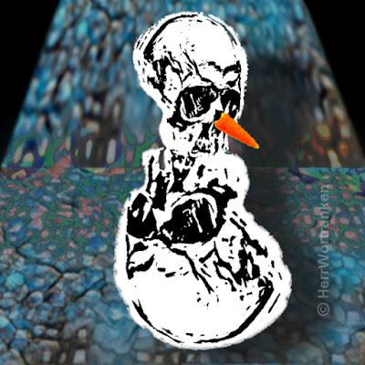 """""""WHITEPOWDERMAN""""  /  Bildmontage: Unscharfer blauer Hintergrund mit angedeuteten Pflastersteinstrukturen. Davor, bzw. darauf stehl ein angedeuteter Schneemann, bestehend aus zwei identischen Totenschädel. Der obere ist kleiner als der untere und hat eine rote Möhrennase. Der untere steht kopfüber, als Bauch und ist, wie der «Kopf», in Schwarz-Weiß gehalten."""