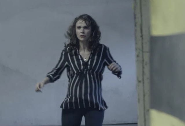 """Encurralada Irene cai no poço do elevador em """"A Força do Querer"""""""