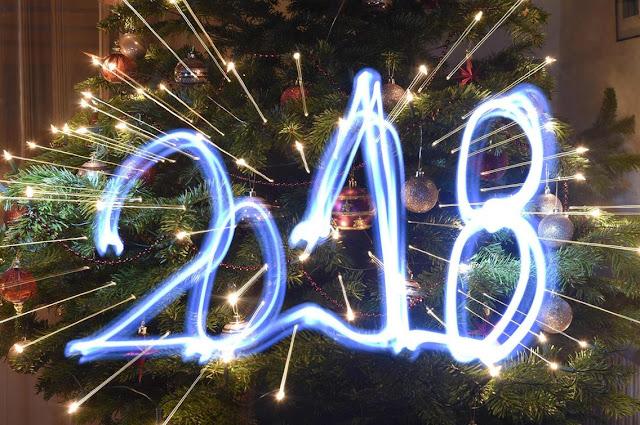 العالم يستقبل العام الجديد بالألعاب والأحضان.. صور