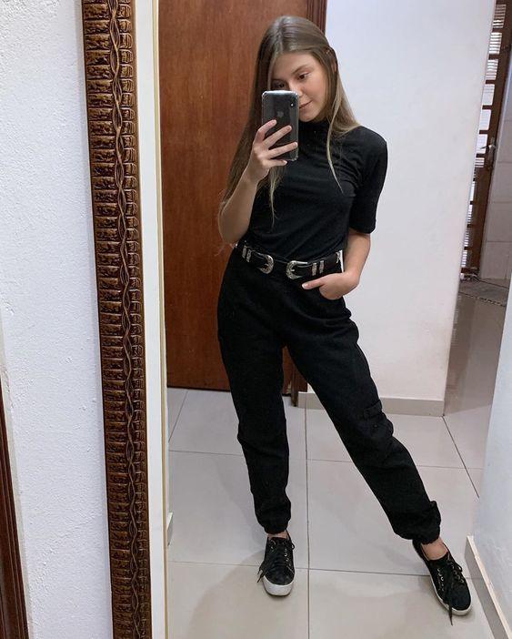 look preto casual e estiloso com tênis