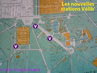 Station Vélib près de l'entrée principale du Parc Floral de Paris au Bois de Vincennes