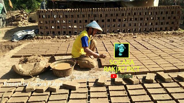 Pengrajin industri batu bata merah bahan bangunan untuk tembok