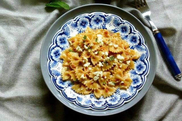 pasta con pesto di pomodori secchi e feta