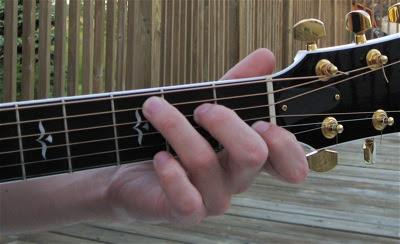 Cách luyện ngón bấm tay trái khi chơi đàn guitar