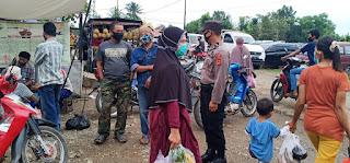 Personil Polsek Maniangpajo Polres Wajo Himbau Pengunjung Pasar patuhi Protkes