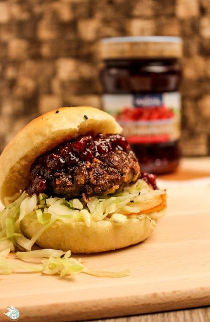 Burger mit Cranberrysoße und selbstgemachten Buns