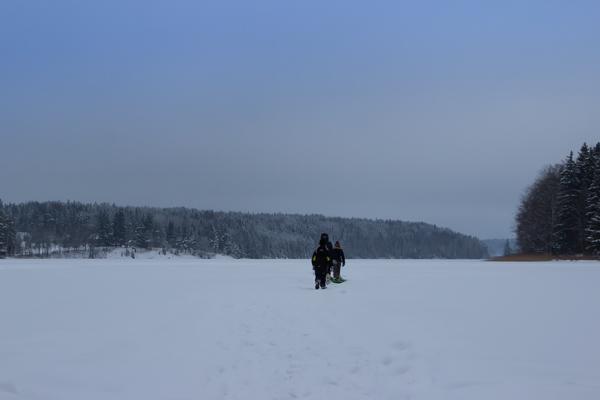 lapset järven jäällä_