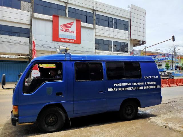 Viral Petang (23/03/2020) Pesawaran -- Pemerintah Provinsi Lampung melalui Dinas Komunikasi, Informatika dan Statistik Provinsi Lampung kembali menyosialisasikan pencegahan penyebaran virus Corona (Covid-19) melalui pengerahan mobil dengan pengeras suara di Kabupaten Pesawaran dan Pringsewu, Senin (23/3).