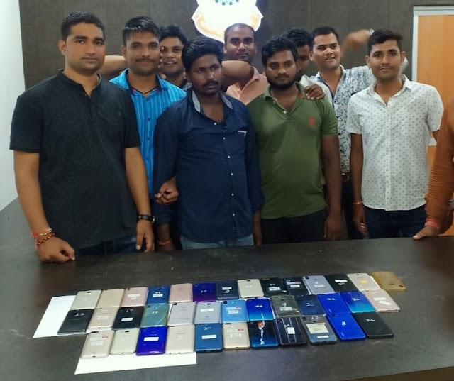 BREAKING:झारखंड का अन्तर्राजीय 'स्मार्टफोन चोर गिरोह' चढ़ा 'छत्तीसगढ़ पुलिस' के हत्थे, 7 लाख कीमत का 37 कीमती मोबाईल जब्त, प्रदेश के आधा दर्जन शहरों में सक्रिय था गिरोह..