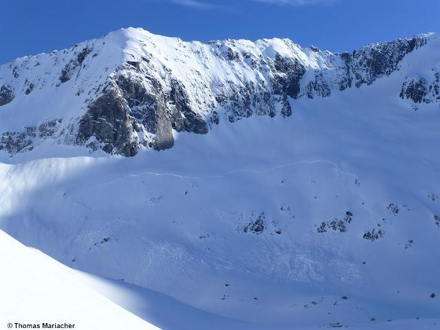 Schneebrettlawine in der Großvenediger-Region auf ca. 3200m SW. Oberflächennaher Anriss. Gefahrenmuster gm.4 bzw. gm.9 als wahrscheinlichste Ursache. (Foto: 26.05.2021)
