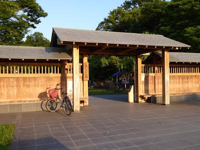 西日を浴びる山田池公園・花しょうぶ園入口