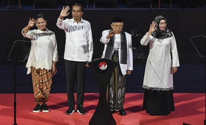 Perpaduan Batik dan Sneakers Ibu Negara