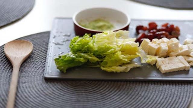 Grönsaksallad med ost  Enkel sallad - Recept