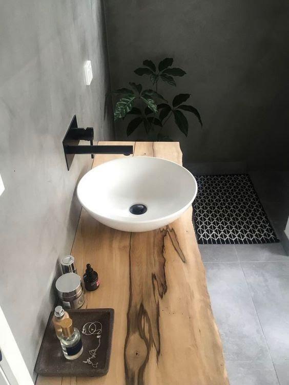 drewno w łazience, czarno biała łazienka, drewniane elementy w łazience