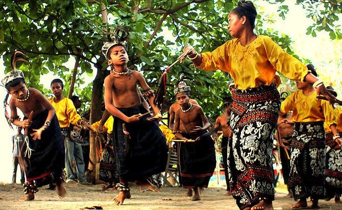 Tari Hegong, Tarian Tradisional Dari Maumere Provinsi Nusa Tenggara Timur (NTT)