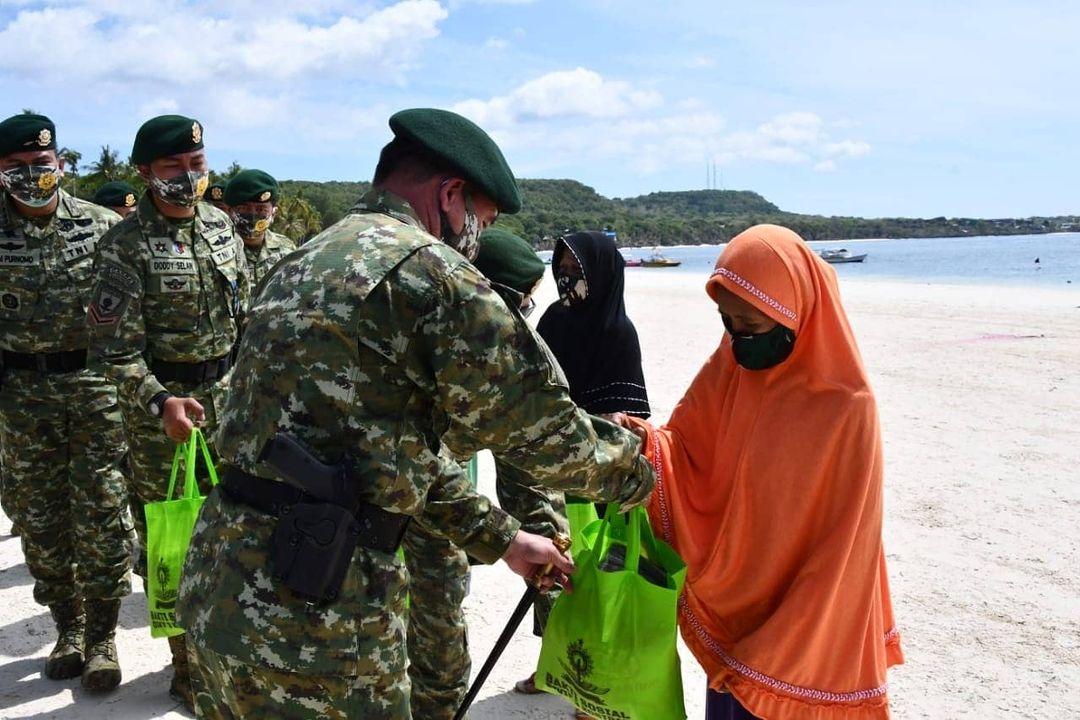 Prajurit Divif 3 Kostrad Bagikan Sembako Untuk Warga Terdampak Covid-19 di Pantai Bara Bulukumba