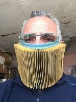 Smešnan čovek sa maskom za usta od harmonike