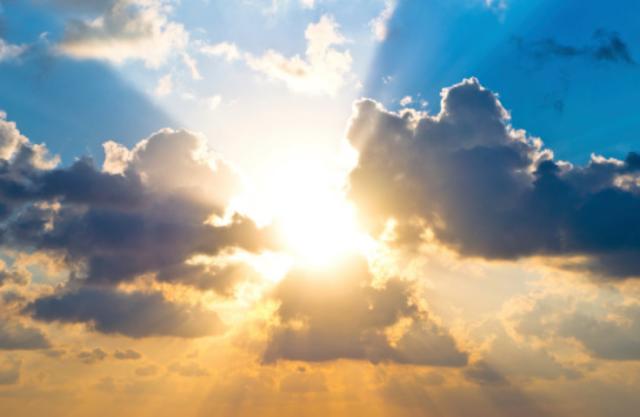 Pengertian Cahaya dan Sifat-Sifat Cahaya Pengertian Cahaya Cahaya adalah gelombang elektromagnetik, yaitu gelombang yang getarannya adalah medan listrik dan medan magnet. Gelombang elektromagnetik adalah gelombang yang tidak menggunakan medium atau perantara untuk merambat.  Cahaya yang dilihat adalah kelompok-kelompok sinar cahaya atau disebut dengan berkas cahaya. Semua benda yang dapat memancarkan cahaya disebut dengan sumber cahaya. Sumber cahaya adalah : Matahari Bintang Lampu Lilin Senter Benda-benda yang tidak dapat memancarkan cahaya sendiri disebut dengan benda gelap, contohnya meja, kursi, dan lemari.  Sifat-Sifat Cahaya Berikut ini adalah sifat-sifat dari cahaya : Cahaya Merambat Lurus Cahaya merambat lurus dan dapat bergerak sangat cepat dengan lintasan garis lurus dengan kecepatan 300.000 km/detik. Garis-garis yang menggambarkan cahaya disebut dengan sinar cahaya dan kumpulan sinar-sinar cahaya akan membentuk berkas cahaya.  Contoh cahaya merambat lurus yaitu cahaya matahari yang masuk ke dalam ruangan dan cahaya lampu senter yang dinyalakan pada malam hari maka akan terlihat berkas cahaya yang merambat lurus.  Cahaya Dapat Menembus Benda Bening Semua benda yang dapat ditembus dengan cahaya dinamakan dengan benda bening, contohnya adalah kaca bening dan air jernih. Semua benda yang tidak dapat ditembus dengan cahaya dinamakan dengan benda gelap yaitu kayu, buku, tembok, dan air kerus.  Cahaya Dapat Dipisahkan Pembiasan cahaya atau pembelokan cahaya adalah pembelokan arah rambatan cahaya pada saat cahaya melalui dua medium yang berbeda kerapatannya. Contoh peristiwa pembiasan cahaya diantaranya adalah : Pensil yang dimasukkan ke dalam gelas yang berisi air tampak patah/bengkok Dasar kolam yang airnya bening terlihat lebih dangkal dari pada kedalaman sebenarnya Pembiasan Cahaya Ada 2 Macam Pembiasan cahaya dari zat renggang ke zat yang rapat akan mendekati normal. Contohnya cahaya dari udara ke air Pembiasan cahaya dari zat rapat ke zat yang renggang akan