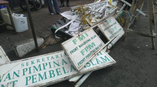 Brimob-TNI Robohkan Plang FPI di Jl KS Tubun Petamburan